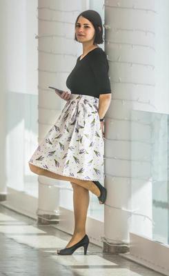 Bílá zavinovací sukně Dana s levandulemi - 2